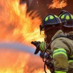 Троих маленьких детей и их мать вынесли спасатели из горящей квартиры в Сланцах