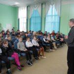 В День счастья автоперевозчики Сланцевского района напомнили школьникам о дорожной безопасности
