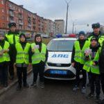 Автоинспекторы и ЮИДовцы  поздравили водителей-женщин с наступающим праздником