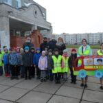 Сланцевский первоклассники прокладывают безопасный маршрут с помощью акции « Шагающий автобус»