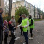 Молодежные активисты на детских площадках популяризируют соблюдение правил дорожного движения