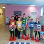 Сотрудники ГИБДД обучают детей ПДД с использованием игрового оборудования
